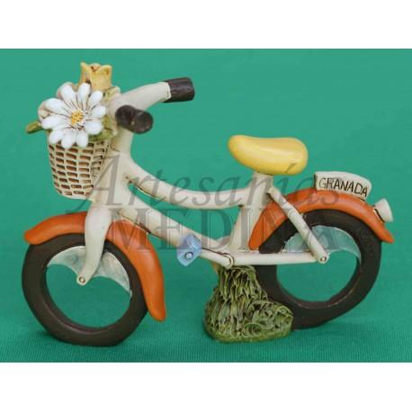 Figura bicicleta blanca tradicional con cesta de flores